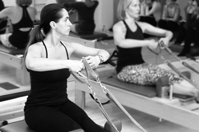 Cristina Laursen on the reformer in the Pilates Studio Palma Personal Training Den Haag